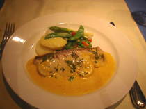 Vis-a-Vis(ヴィザヴィ)・甘鯛と帆立貝の白ワイン蒸しサフランソース