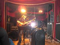 こちらはギタリスト・御守孝明さん