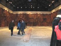 壁一面に樹皮(ヴェネツィア・ビエンナーレ、La Biennale di Venezia)