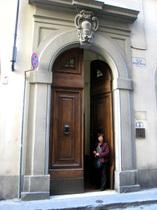 通りに面した立派なドア