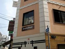 「exprimer」(エクスプリメ)はこのビルの2階