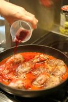 トマトピューレ、赤ワインなどで煮込みます