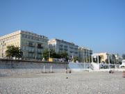 有名ホテルやカジノなど大きな建物が並ぶニースの海岸