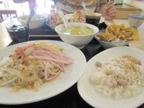 ココナッツもち米ご飯と冷麺、スープと揚げワンタン、デザートが付く¥900のランチセット