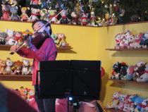 セレモニーは、若干11歳のエンターティナーが奏でる見事なバイオリン演奏で幕開け