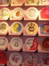 一般公募で選ばれた入賞作から、各界著名人の力作まで想いが詰まったアートフルな絵皿も