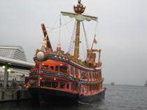 中突堤に停泊する船