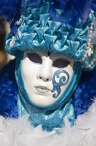 趣向を凝らした仮面とコスチューム