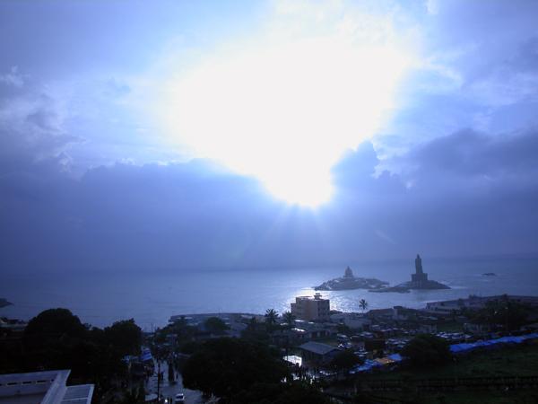 記念堂と彫像が建つ小さな島、Vivekananda Rock(ヴィヴェーカーナンダ岩)の背後から陽が昇る