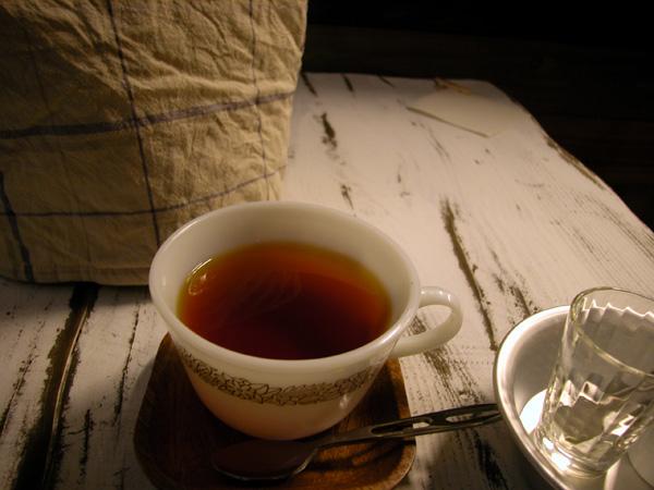 「アイダ」カフェのフレーバー・ティー(オールド・パイレックスのカップに入っています)